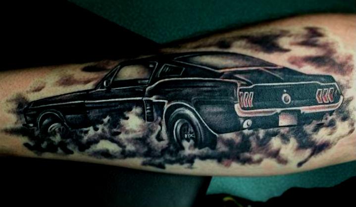 Ford Mustang um Clássico de 54 Anos e Muitas Tattoos
